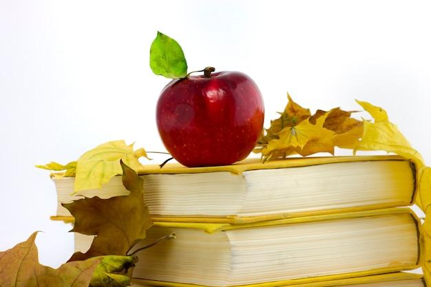 Manzana en una pila de libros