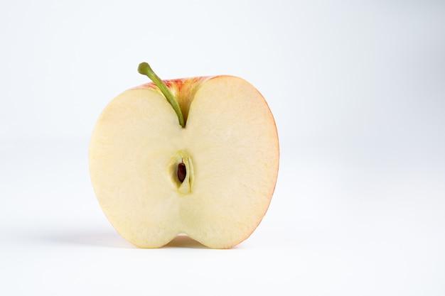 Manzana roja aislada en un fondo blanco