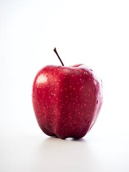 Manzana roja aislada en el fondo blanco