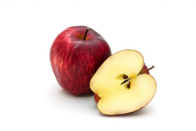 Manzana roja aislada en rodajas en blanco
