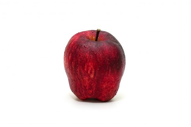 Manzana roja aislada en rodajas sobre fondo blanco