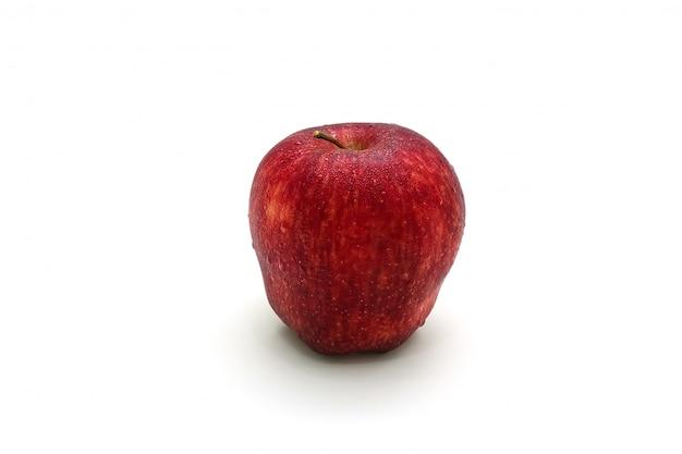 Manzana roja aislada en rodajas sobre superficie blanca