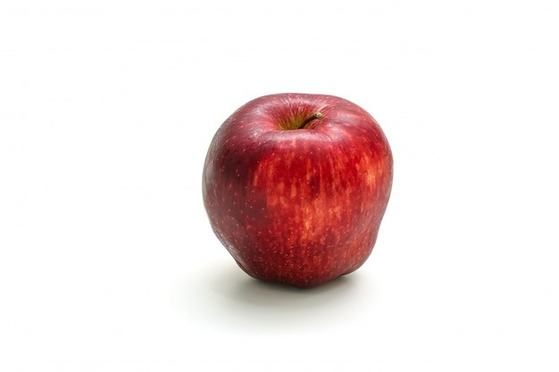 Manzana roja aislada en rodajas