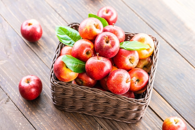 Manzana roja en la cesta