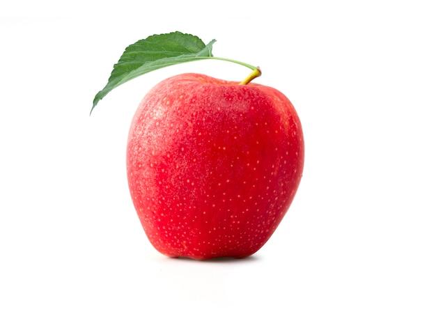 Manzana roja fresca aislada