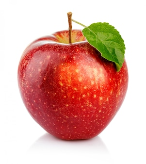 Manzana roja con hoja verde aislada en un blanco