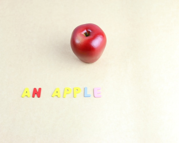 Manzana roja con letras