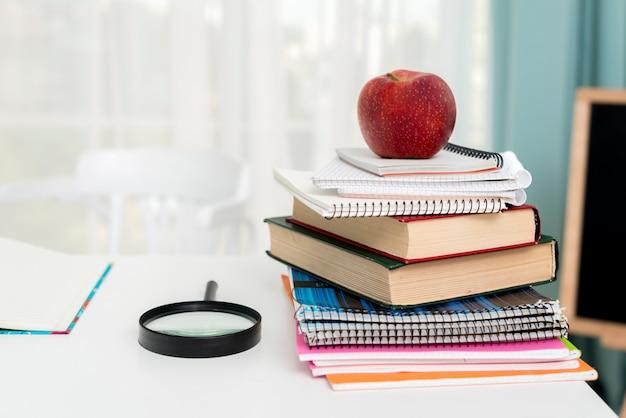Manzana roja en útiles escolares