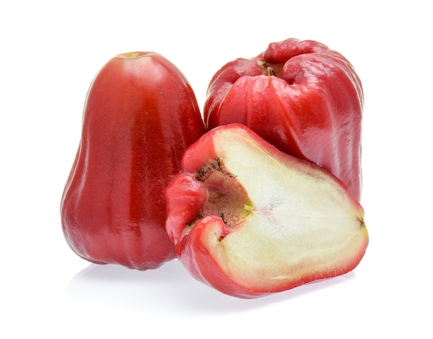 Manzana rosa aislado en blanco