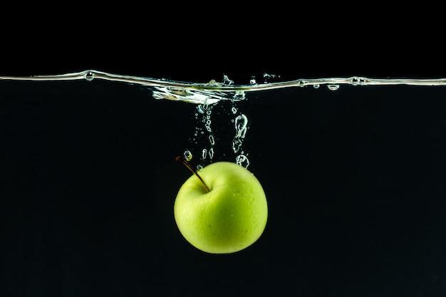 Manzana verde bajo el agua