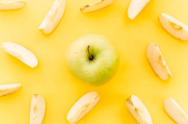 Manzana verde claro entre trozos de manzana.