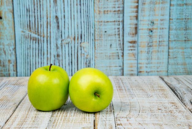 Manzana verde fresca sobre fondo blanco