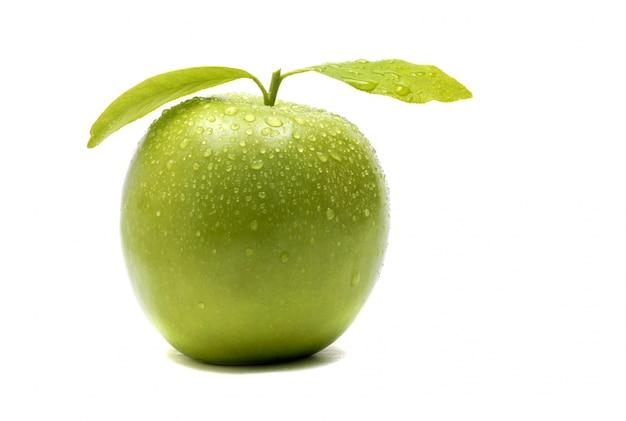Manzana verde con hojas