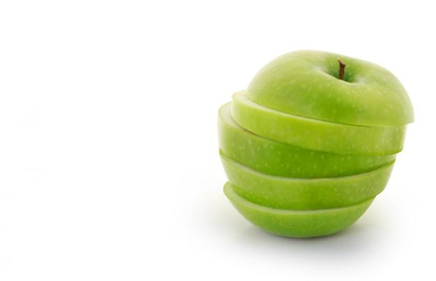 Manzana verde en rodajas sobre fondo blanco.