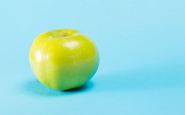 Manzana verde sobre un azul