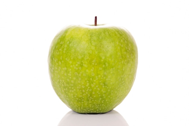 Manzana verde sobre fondo blanco en estudio