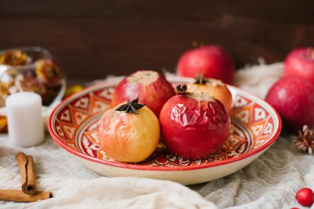 Manzanas al horno en un plato rojo estampado