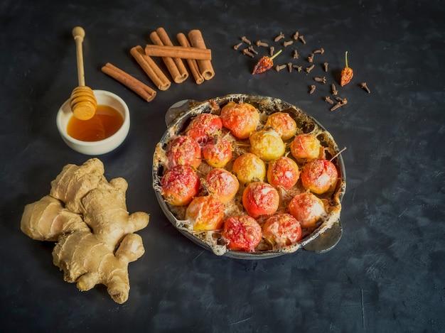 Manzanas al horno en una sartén con jengibre, canela, miel y pimienta
