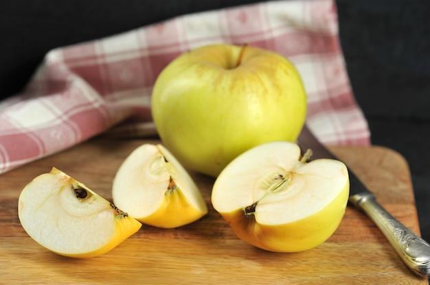 Manzanas amarillas variedades antonovka en un plato