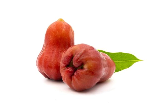 Manzanas color de rosa sobre un fondo blanco