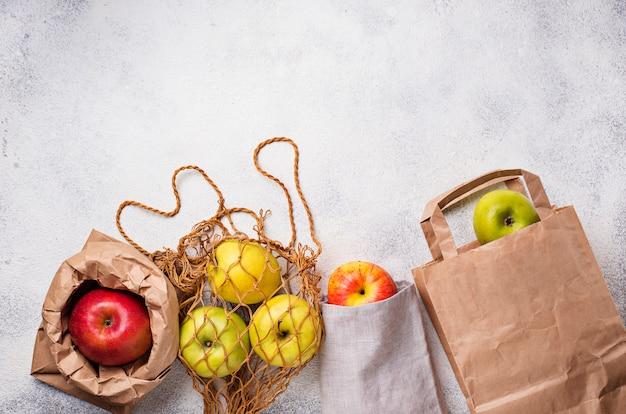 Manzanas en diferentes embalajes ecológicos.