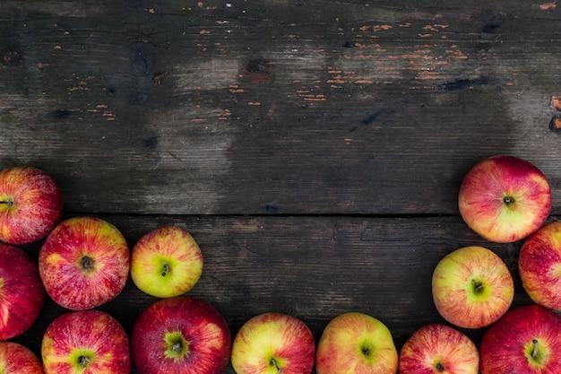 Manzanas en el fondo de la mesa de madera