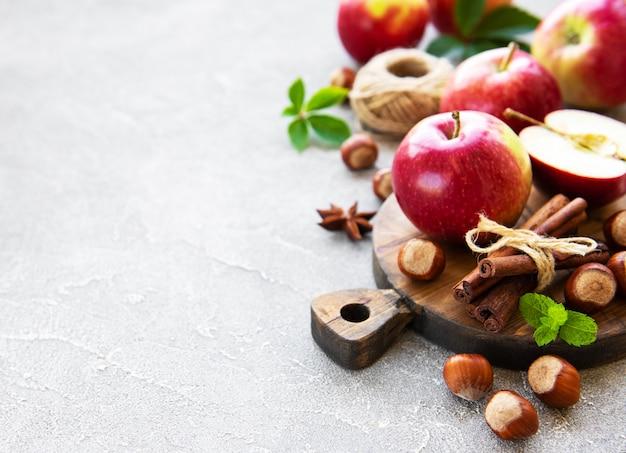 Manzanas frescas, avellanas y canela.