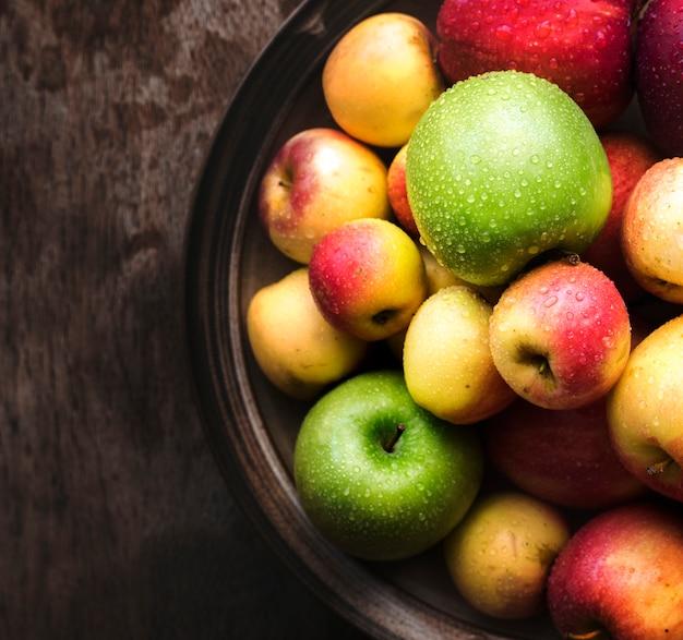 Manzanas frescas en un bol
