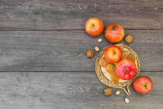 Manzanas con granada sobre mesa