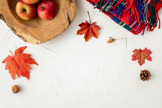 Manzanas y hojas sobre fondo blanco.