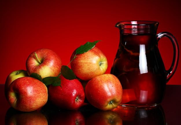 Manzanas y jarra con jugo