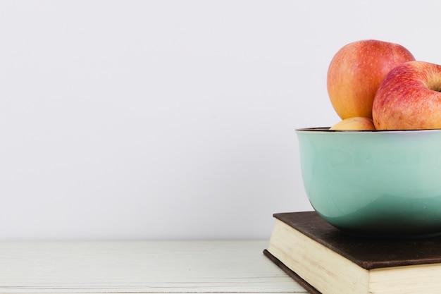 Manzanas y libros con espacio de copia.