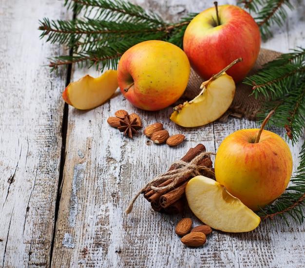 Manzanas maduras dulces sobre fondo de madera