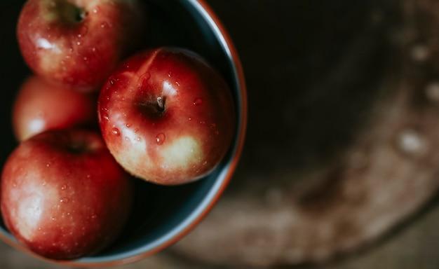 Manzanas maduras frescas en un recipiente