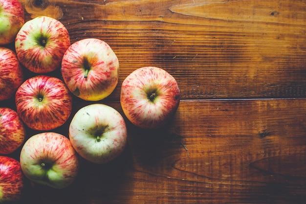 Manzanas maduras frescas sobre un fondo de madera