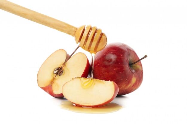 Manzanas, miel y cazo aislados en blanco
