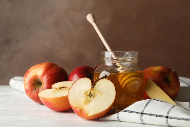 Manzanas y miel contra marrón, primer plano