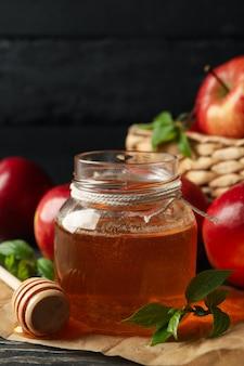 Manzanas y miel sobre madera, de cerca
