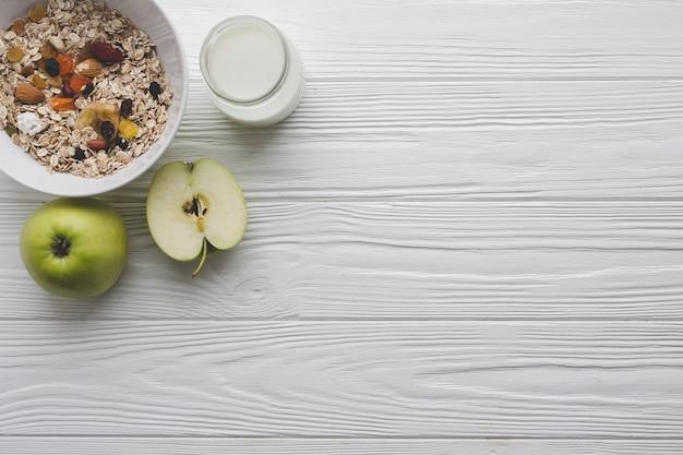 Manzanas y muesli para el desayuno