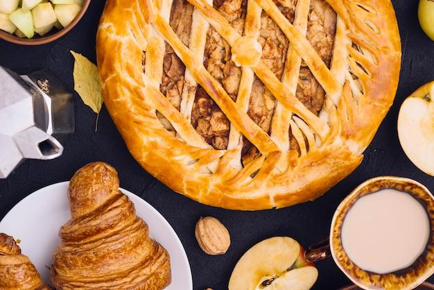 Manzanas de primer plano cerca de bebidas y pastelería