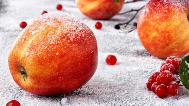 Manzanas rayadas espolvoreadas con azúcar en polvo. el plato simula manzanas en la nieve.