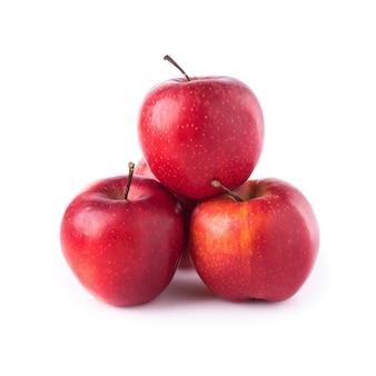 Manzanas rojas aisladas en un fondo blanco