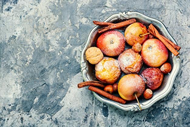 Manzanas rojas al horno