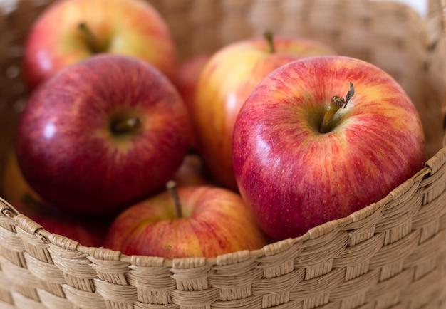 Manzanas rojas en una cesta