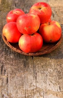 Manzanas rojas en el fondo de madera