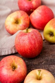 Manzanas rojas frescas en una mesa de madera