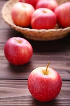 Manzanas rojas frescas sobre fondo de madera