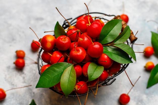 Manzanas rojas maduras en la cesta de alimentos de almacenamiento