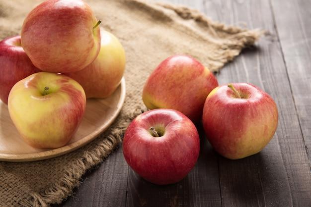 Manzanas rojas maduras frescas en la mesa de madera