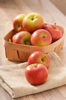 Manzanas rojas maduras sobre una superficie de madera